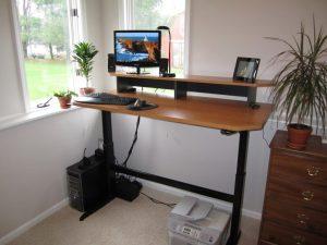 Adjustable height desk standing